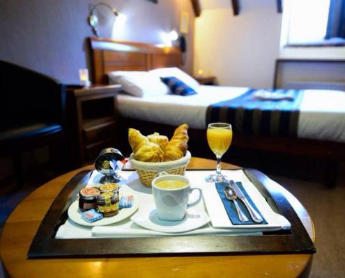 Petit déjeuner servi dans la chambre © L'Oasis Villaines-la-Juhel