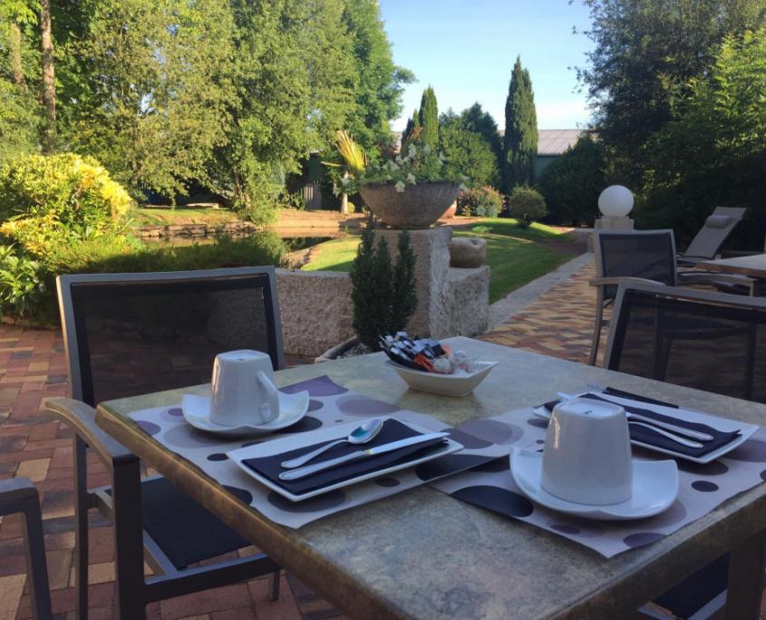 Déjeune en terrasse ©L'Oasis Villaines-la-Juhel